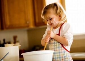 Чем лучше занять ребенка на кухне