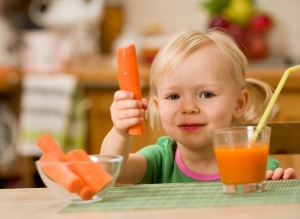 Морковный сок очень полезен детям