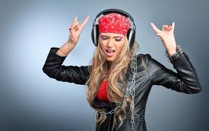 Девушка слушает рок